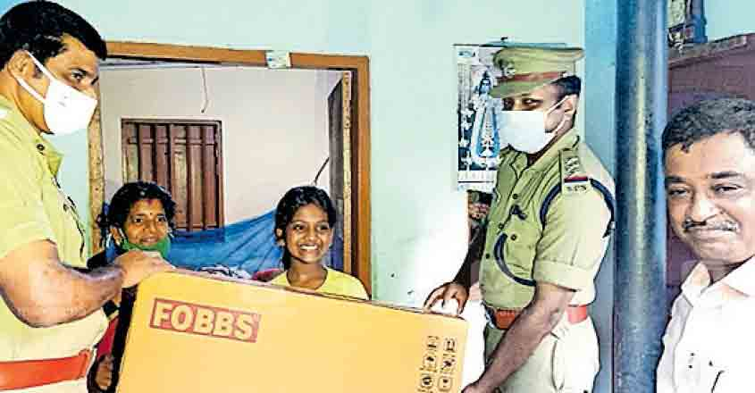 Schoolgirl donates piggy bank to CM's Fund; gets TV as gift from police