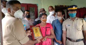 Kumbalangi woman keeps Rs 100 in food packet, wins praises