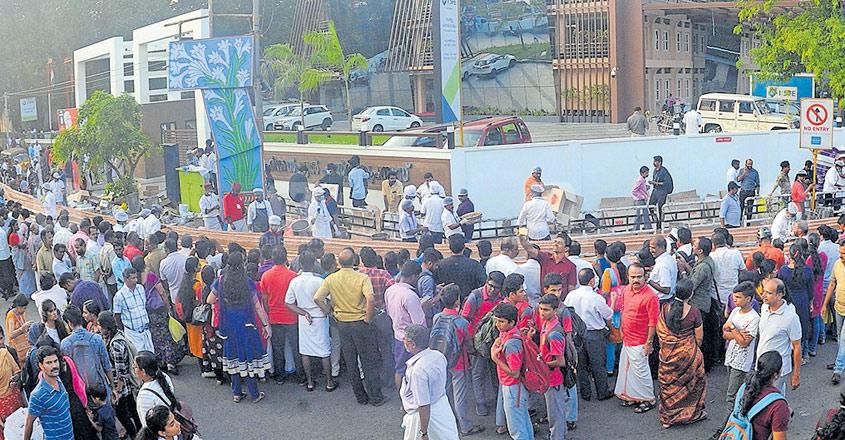 thrissur-cake-crowd