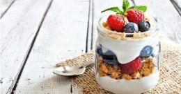 Granola yogurt parfait