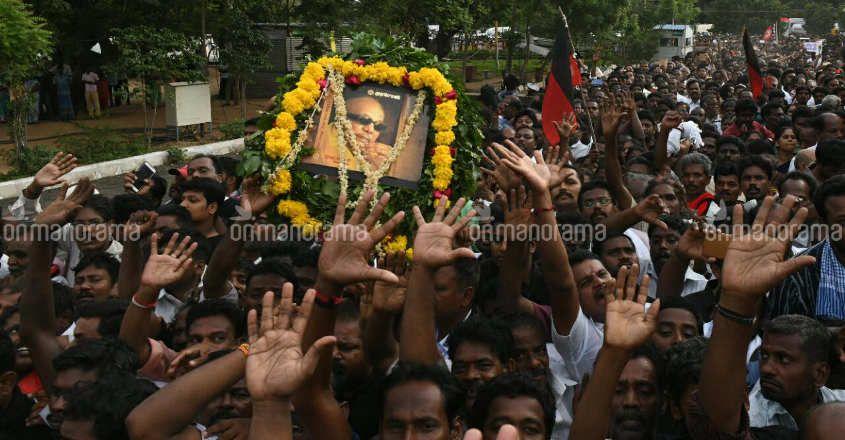 2 die in stampede at funeral of Karunanidhi