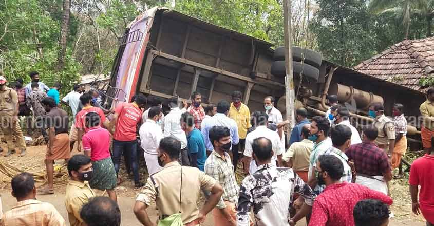 Seven of a wedding party from Karnataka killed in bus accident in Kasaragod