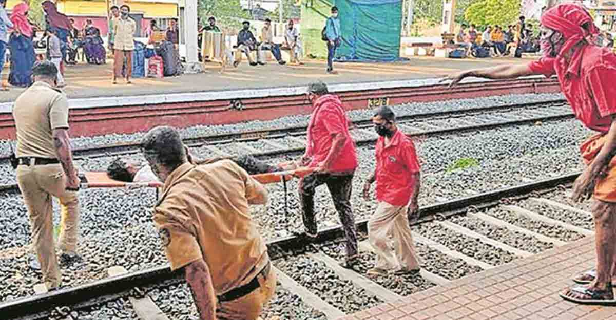 When cops, porters lent a hand to disabled man to catch train in the nick of time