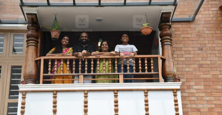 4-cent-house-chittur-family-new