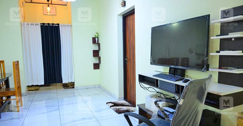 17-lakh-home-hallside