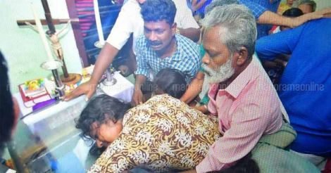 Kevin's relatives break down as Kevin's body was brought to his house in Nattasseri in Kottayam.