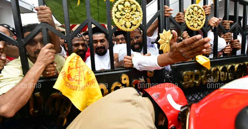 Tension prevails at Piravom church as police try to remove protesters