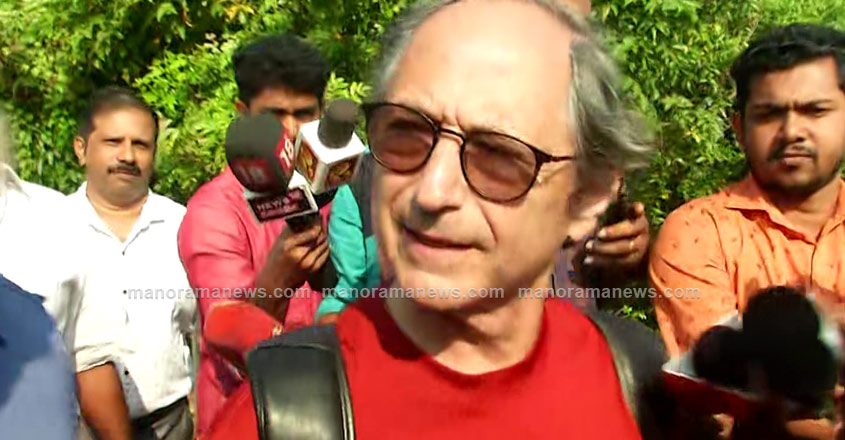 Four arrested for blocking Michael Levitt's houseboat in Kerala backwaters