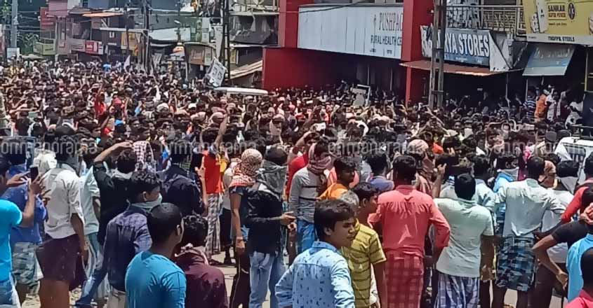 Hundreds of migrant labourers take it to street in Kerala's Paippad defying lockdown