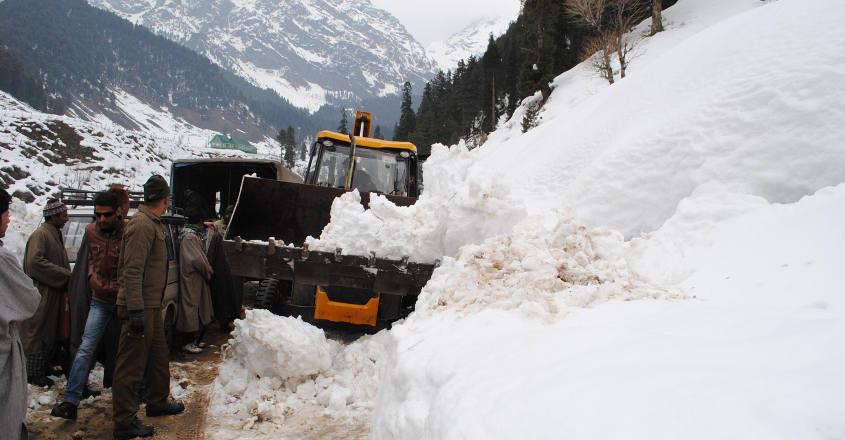 10 missing after avalanche hits Jammu-Srinagar highway