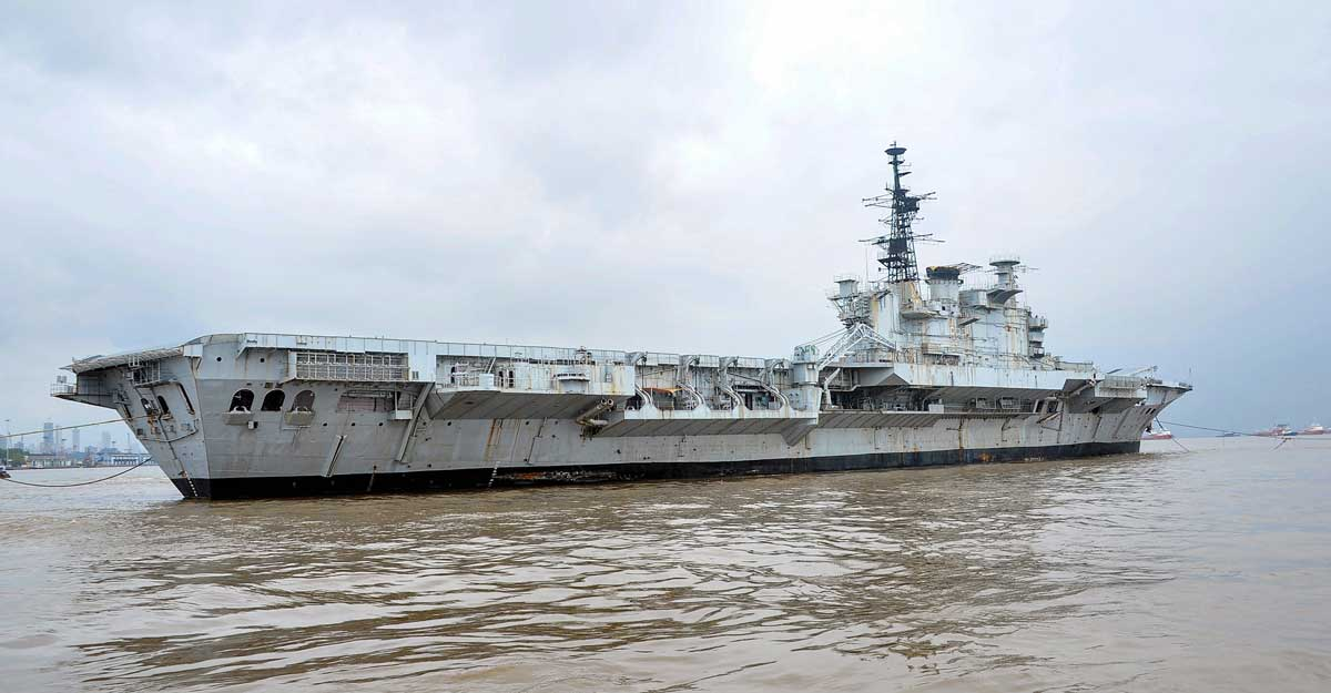 Indian Navy's aircraft carrier 'Viraat' on its final voyage to Gujarat