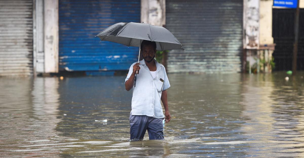 Mumbai: Heavy rains lead to waterlogging, disrupt traffic