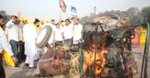 Farm Bills: Punjab Youth Congress workers set tractor ablaze near India Gate | Video