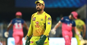 Dhoni gets upset after umpire reverses decision