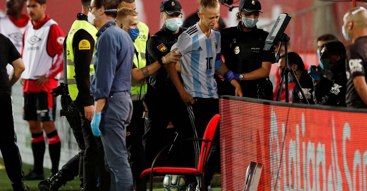 Messi fan sneaks in to pitch