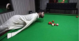 Born without arms, Pakistani man masters snooker