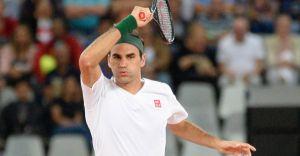 Federer surprises rooftop tennis girls