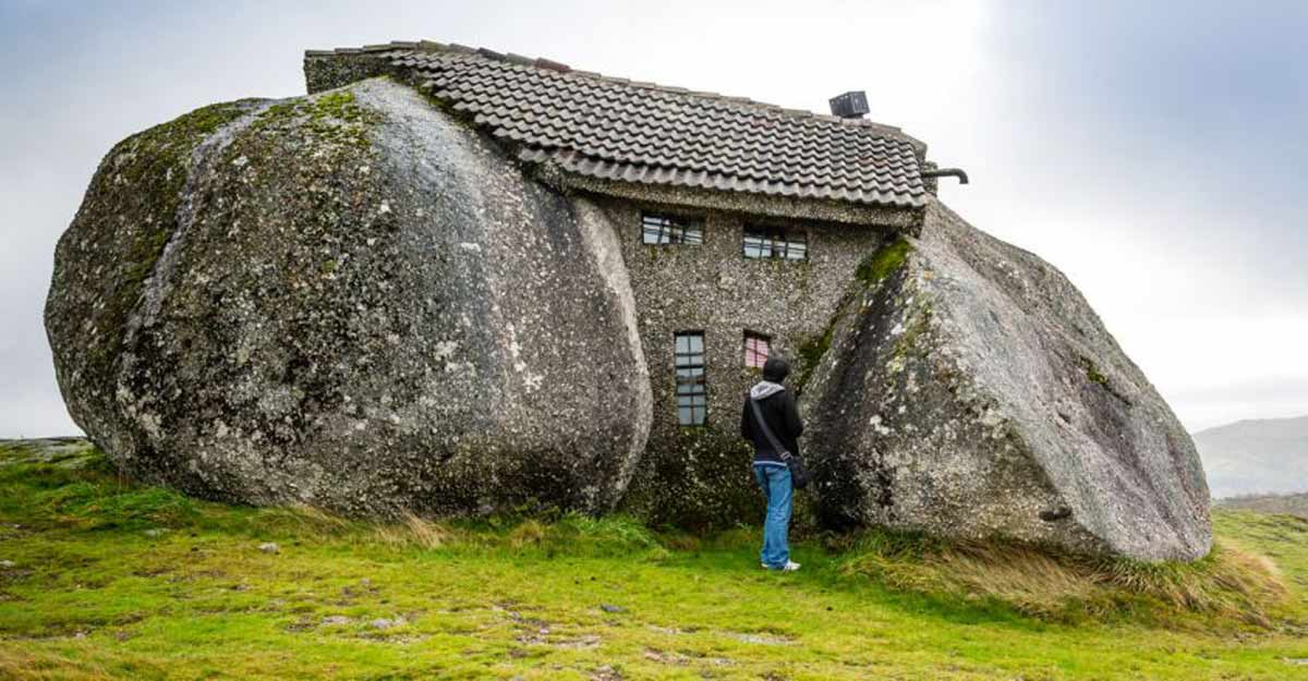 Casa do Penedo, a Portuguese house built between boulders