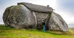 Casa do Penedo, a Portuguese house built between boulders
