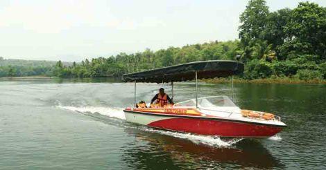 bhoothathankettu-roy-on-boat